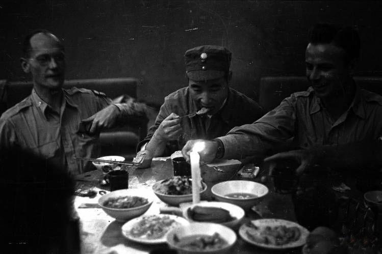 1944年,延安(中国),八路军干部和西方军事官员吃饭,中间这位是林彪