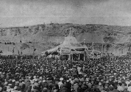 """1951年4月5日,抚顺市各界人民公祭""""平顶山惨案""""死难同胞大会会场"""