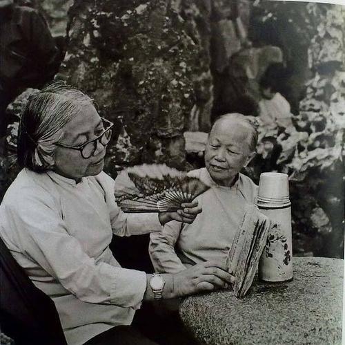 1955 广东汕头吟唱潮州歌册的老妇人