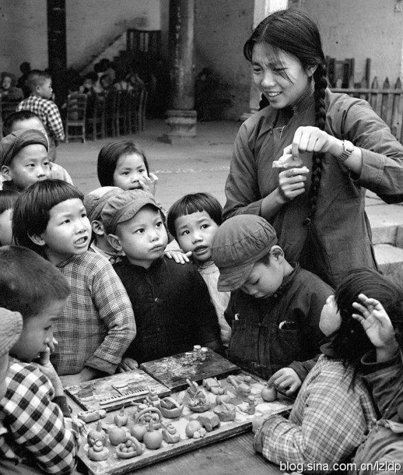 图为1958年11月,广州市郊区三元里一所幼儿园的小朋友们在老师的指导下做泥工