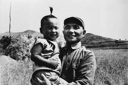 1945年,邓小平和儿子邓朴方在河北武安县
