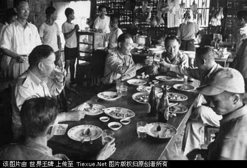 1953年11月:准备撤离的国军将领与四国联合委员会代表一起喝酒话别