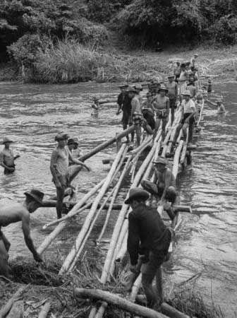 1953年11月:国民党士兵在前往泰国的路上搭桥