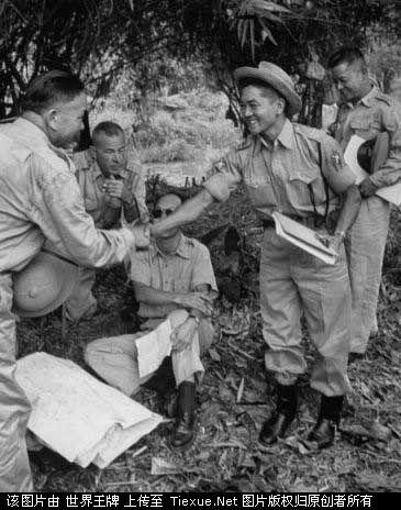 1953年11月:国民党士兵撤离缅甸,美国领导的四国联合委员会上校雷蒙德.帕尔默与中国士兵握