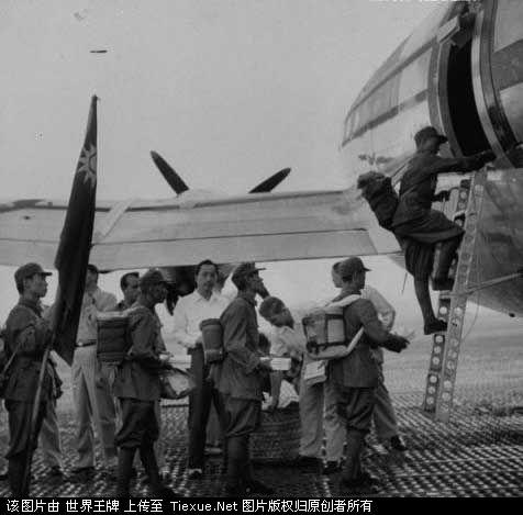 1953年11月:撤离缅甸的国军士兵登机前往台湾