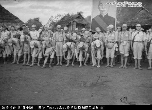 1953年11月:整装待发的国民党士兵准备撤离(后面可见蒋介石的画像)