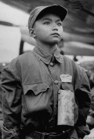 1953年11月:缅甸,年近14岁的国民党士兵,10岁父母双亡随军入伍(注:译文与原英文内容稍有出入)