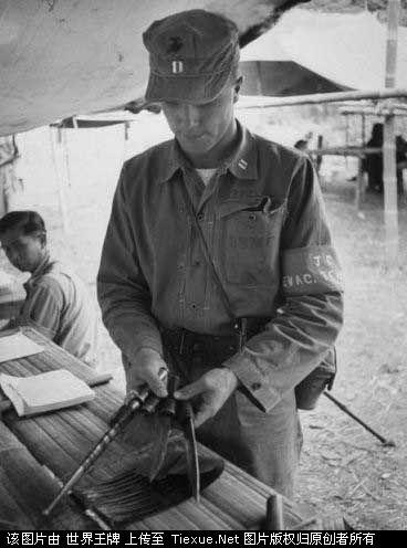 1953年11月:缅甸,美国海军陆战队上尉正在清点国军士兵撤离时上交的武器
