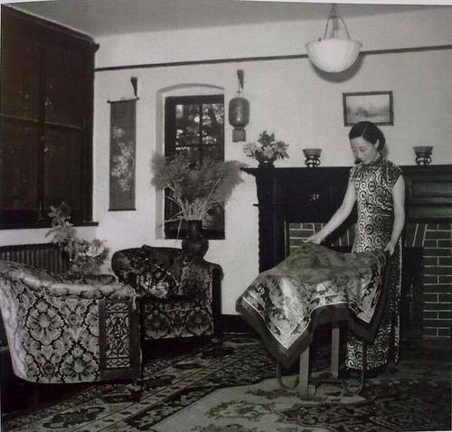 1955 浙江杭州大学老师在布置自家客厅