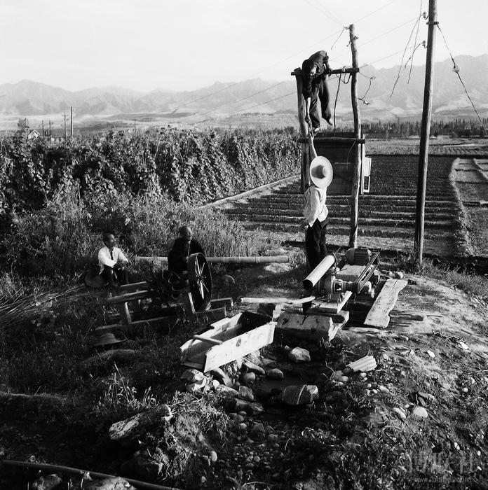 1960年7月,宝鸡铁路地区电务段工人在宝鸡上马营公社联盟大队支农  李少童 摄