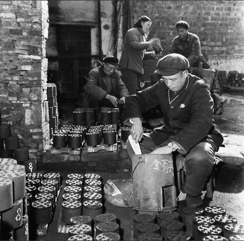 1962年的街道煤厂,师傅用心搪着蜂窝煤炉子,他们对煤的那份专注,让人好感动。