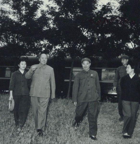 1969年毛泽东来到天津视察,休息时与张玉凤(左一)、汪东兴(左三)等人合影。