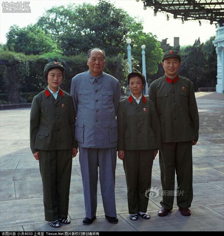1970年8月,毛泽东与张玉凤(左一)、吴旭君(右二)、周福明(右一)在杭州汪庄合影
