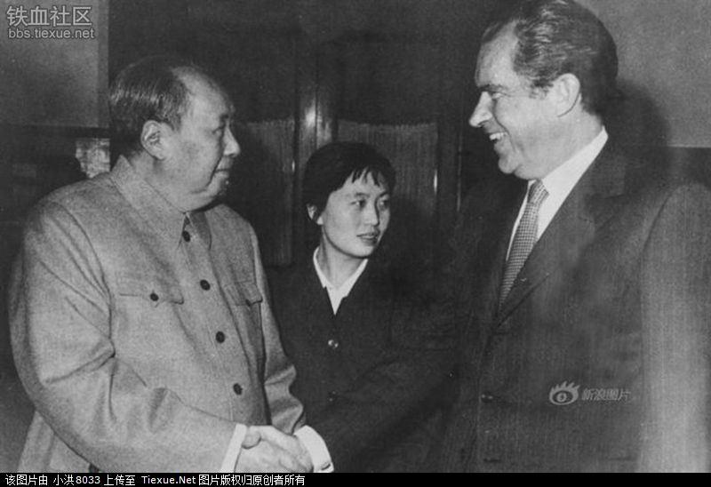 1972年2月21日,毛主席在北京中南海会见美国总统尼克松,开创中美外交关系新格局。图片中间为张玉凤。