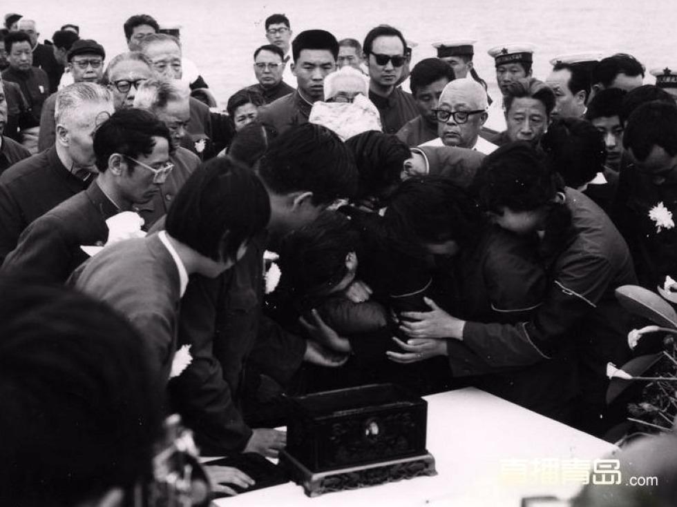 1980年5月19日,王光美怀抱刘少奇骨灰泣不成声