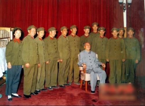 毛泽东与张玉凤(左一)等工作人员合影。