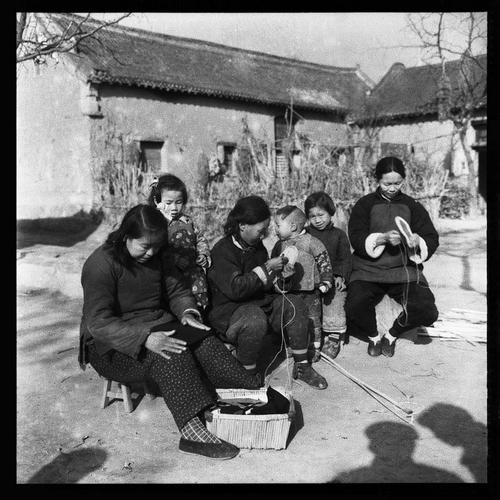 场光地净种完麦,农村妇女先不住,做衣做饭做针线。1957年新乡市郊区