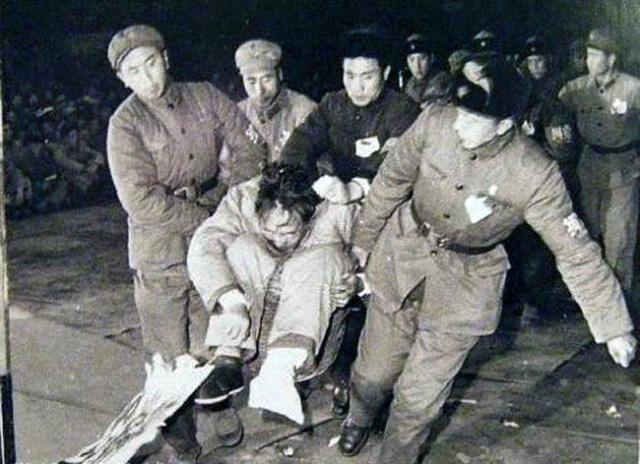 建国后第一任公安部长罗瑞卿,跳楼后受伤,被用箩筐抬上批斗大会接受批斗