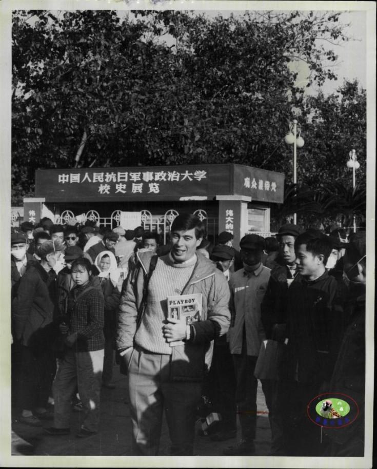 文革期间一外国青年竟敢拿着花花公子杂志招摇过市1967