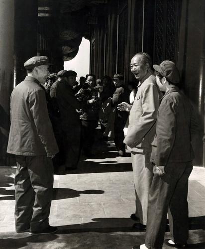 文革期间,毛泽东在张玉凤的陪同下与林彪在天安门城楼上谈话
