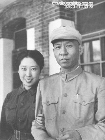 1949年:刘少奇和王光美在香山