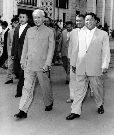 1963年9月15日,刘少奇率代表团访问朝鲜,金日成首相到平壤车站热情迎接中国代表团。