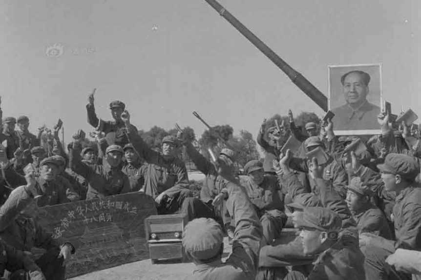 1967年,某部军人收听国庆游行实况广播