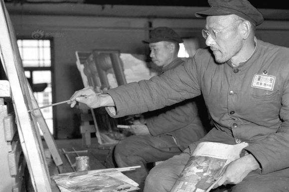 . 周恩来要求在生活上对这些战犯怀之以柔,在生活上给予充分的优待。要求管理人员尊重战犯人格,严禁打骂体罚等污辱行为。图为1956年,战犯冈本铁四郎在画画,他已经画出30多幅油画