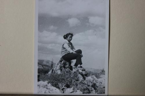 1977.05.02-西山边旁丛石上IMG_8912