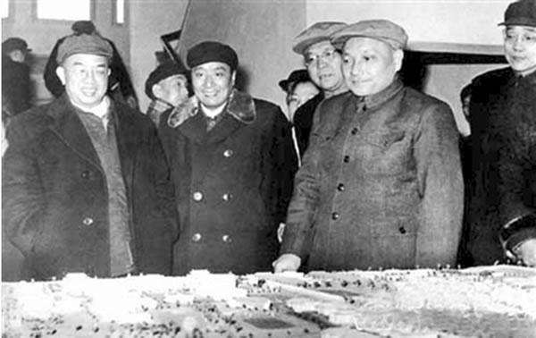 1960年2月邓小平在安徽大学视察%u3002左1为时任省委第一书记曾希圣%u3002