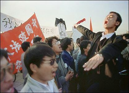 19890422_singingInternationaleAtTiananmen